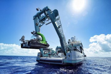 Taking a SUBMARINE 500 meters below the ocean surface! 1